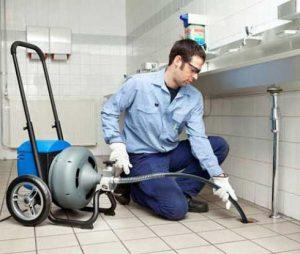 чистит специалист